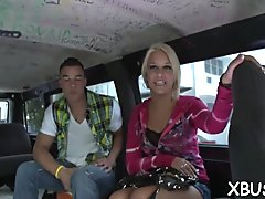 Sexy looking babe has no thing against sexy fuck in a car